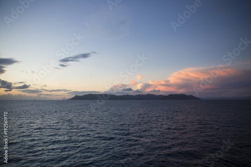 Foto op Aluminium Zee zonsondergang far island sky