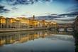 Il ponte Vecchio sull'Arno a Firenze, fotografato al tramonto - 192562176
