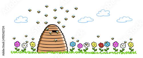 Bienen neben natürlichem Bienenstock auf Wiese - 192562724