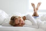 Hübsch blonde frau liegt auf einem Bett - 192579734