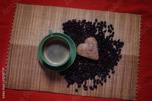 Papiers peints Café en grains kawa i pierniczek na rustykalnym tle