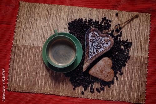 kawa i pierniczek na rustykalnym tle