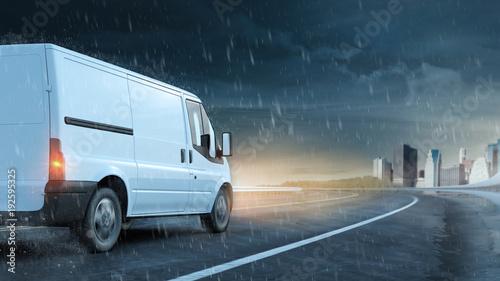 Poster Lieferwagen fährt auf Straße bei Regen und nasser Fahrbahn