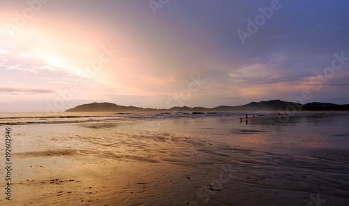 Papiers peints Mer coucher du soleil reflet du coucher de soleil sur le sable