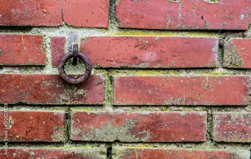 Foto op Canvas Baksteen muur Hintergrund Alter Backsteinmauer mit rostiger Ring