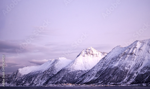 Aluminium Purper View of a Snow Covered Mountainscape