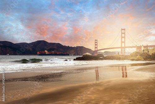 Poster porte conteneur sous le Golden Gate Brige