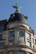 horloge et  immeuble Haussmannien à Paris
