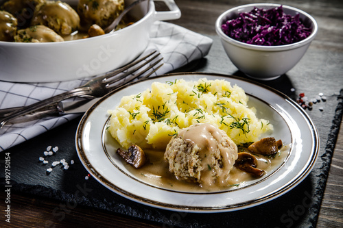 Roasted meatballs, mashed potatoes and vegetables - 192750154