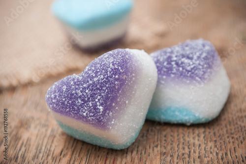 bonbons en forme de coeur sur table en bois