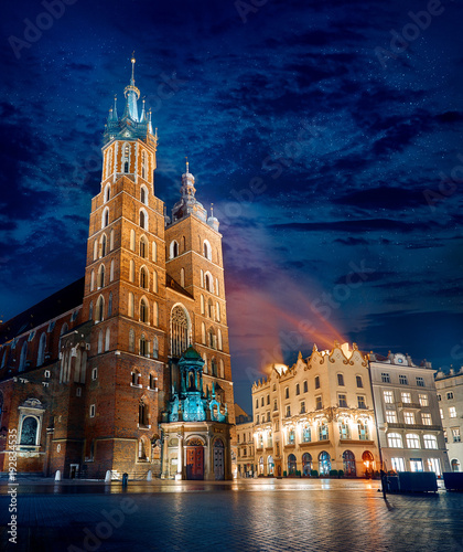 Zdjęcia na płótnie, fototapety na wymiar, obrazy na ścianę : Saint Mary's Basilica famous landmark on market square in Krakow