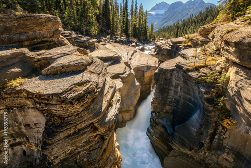 Fotobehang Bergrivier Mistaya Canyon - Icefields Parkway in Banff National Park