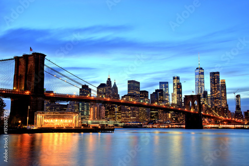 new-york-city,-manhattan-downtown-z-brooklyn-bridge-o-zmierzchu,-usa