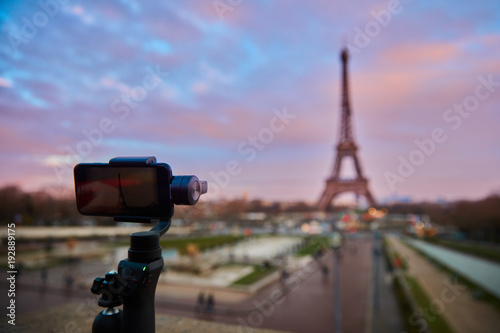 Fotobehang Parijs gimbal con smartphone davanti alla tour eiffel