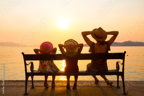 Zobacz obraz Family with children at sunset by the sea