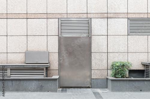 chodnik przy ścianie i drzwiach ulicy