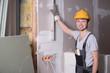 Handwerker mit Wasserwaage, Ausbau-Arbeiten