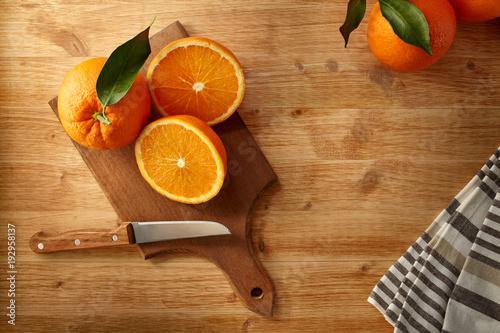 Arance fresche su tagliere per la preparazione di una nutriente spremuta