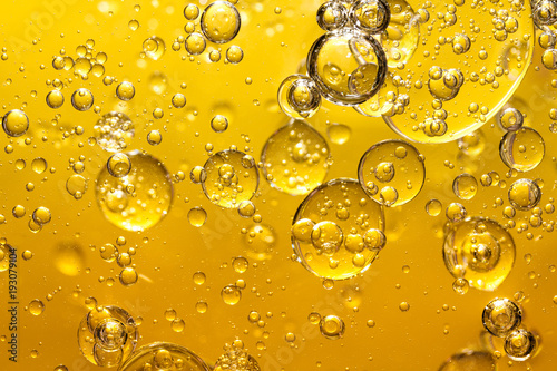 złoty żółty olej z bańki
