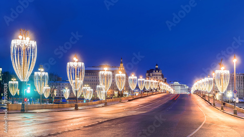 iluminacja podświetlana na moscie w Moskwie