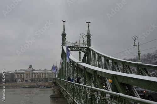 Sticker Une visite sous la neige de Budapest en Hongrie
