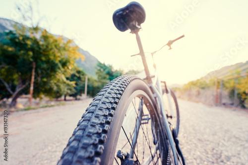 Zdrowy tryb życia. Zamyka up halny bicykl na drodze przeciw pogodnemu niebu.