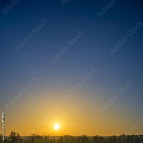 Papiers peints Morning Glory Wunderschöner Sonnenaufgang mit Freiraum für Text