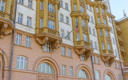 Flaga narodowa USA na budynku ambasady Stanów Zjednoczonych Ameryki w Moskwie.