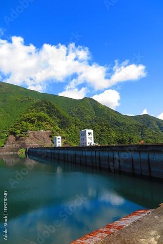 Foto op Plexiglas Groen blauw 晴天のダムと湖の風景29