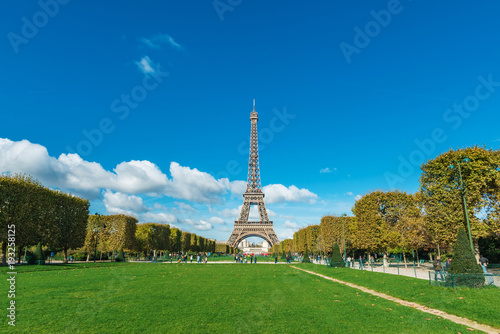 Wall mural Tour Eiffel (Eiffel Tower) in Paris, France