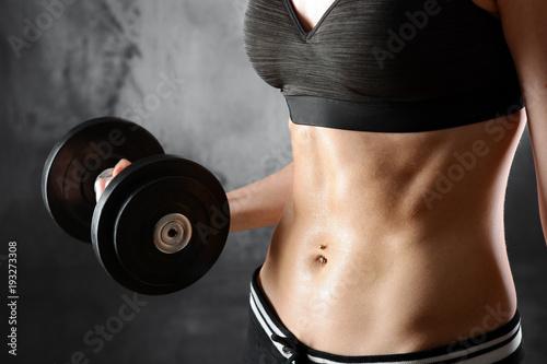 Sticker Frau in Sportbekleidung trainiert mit Hanteln und Gewichten und ist fit, muskulös und sportlich