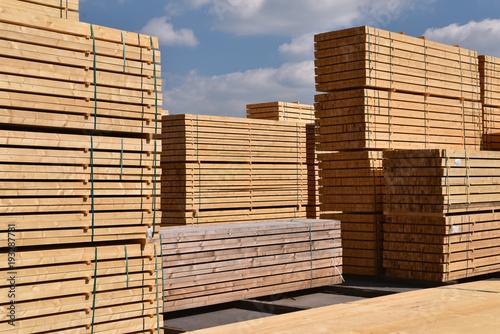 Stapel mit Holzbrettern in einem Sägewerk für den Verkauf // Stack of wooden boards in a sawmill for sale  - 193287781