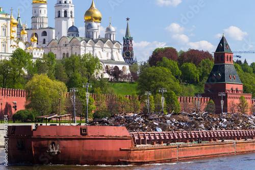 Rosja, Moskwa, Kreml, widok z boku nasypu w Sofii. Barka ze złomem. Może. Wiosna. Katedry Kremla i dzwonnica Iwana Wielkiego.