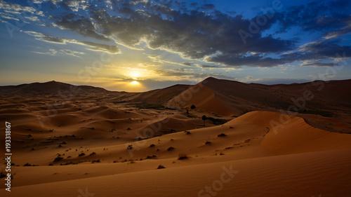 Papiers peints Maroc sunset in the Sahara desert, Erg Chebi dunes. Merzouga, Morocco