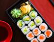 Sushi Takeaway Box mit Lachs Maki Roll, Avocado Maki Roll , Wasabi und Ingwer