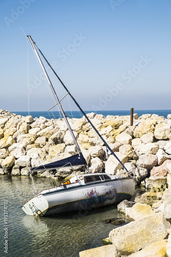 Foto op Aluminium Schipbreuk Yacht after the crash