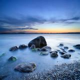 Blaue Stunde, nach Sonnenuntergang am Greifswalder Bodden, Findlinge am Strand, Ostsee, Insel Rügen, Deutschland - 193399198