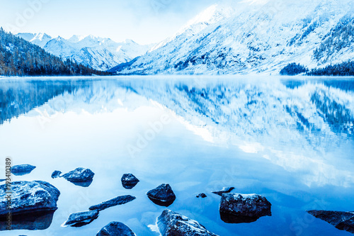 In de dag Pool Beautiful blue lake in the mountains. Flat mirror surface of the water under the clouds. The beauty of winter nature. A tourist Trip through the nature reserve of Altai.