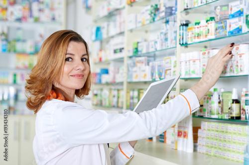 Leinwanddruck Bild Pharmacist with tablet and drug