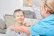 Quadro Seniorin macht eine Reha Übung