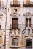 Façade ancienne dans le centre historique de Palerme en Sicile. - 193444985