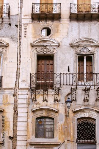 Fotobehang Palermo Façade ancienne dans le centre historique de Palerme en Sicile.