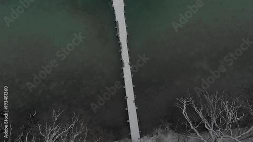 Sticker Verschneiter Steg am Seeufer - Überflug