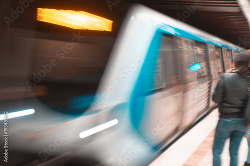 Metro prędkości metra szybki europejski Bucharest transport publiczny, metro nehimd nieznajomi, ludzie. Rozmycie prędkości ruchu oznacza szybkie poruszanie się i bycie w czasie, a nie późno, koncepcja biznesowa.