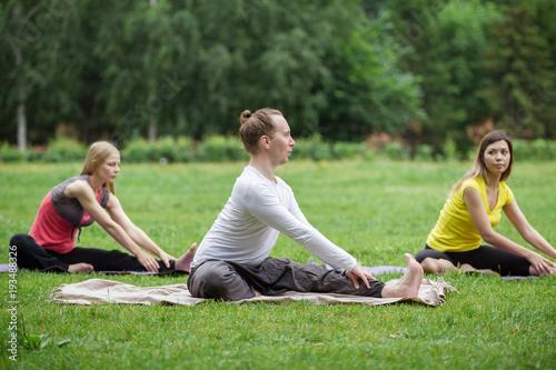 Aluminium School de yoga A group of yoga sportsmen performs breathing exercises in park