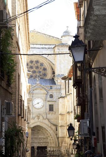 Fotobehang Smalle straatjes Toledo narrow street overlooking the Cathedral. Historical Spain.