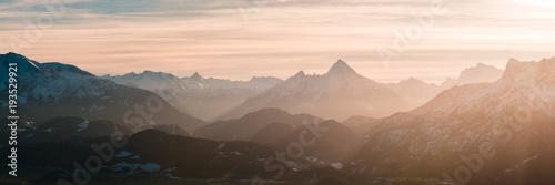 Foto op Canvas Diepbruine Panorama mit Watzmann und Berchtesgadener Alpen im Licht der Sonne
