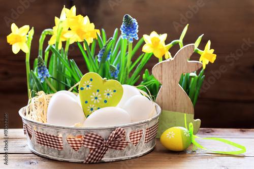 Osternest mit Osterglocken und Herz