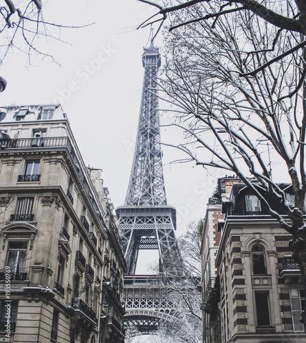 Fridge magnet Eiffel tower under snow
