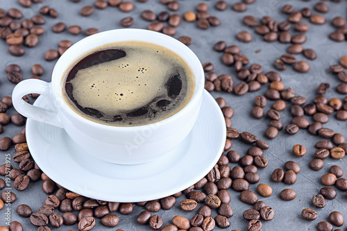 Fotobehang Koffiebonen Coffee in white cup with coffee beans close-up